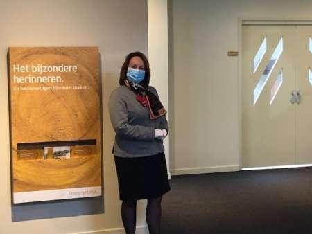 20200506 BGNU Uitvaartmedewerkers van Uitvaartonderneming Schrijen werken met mondkapje